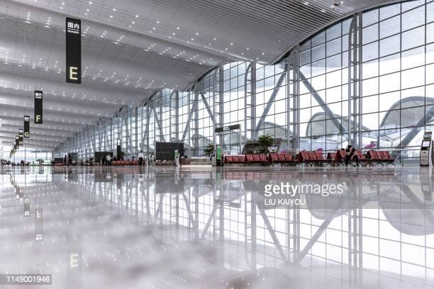 modern airport waiting zone - luchthaven stockfoto's en -beelden