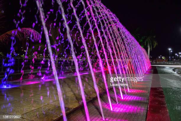 modern aquatic fountain - クイアバ ストックフォトと画像