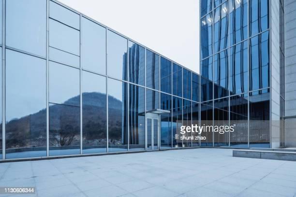 modern architectural structure - fensterfront stock-fotos und bilder