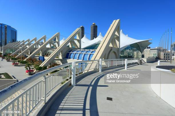 modern architecture at the convention center in san diego - rainer grosskopf photos et images de collection