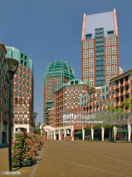 modern architecture in muzenplein square in the centre of the hague, netherlands - victor ovies fotografías e imágenes de stock