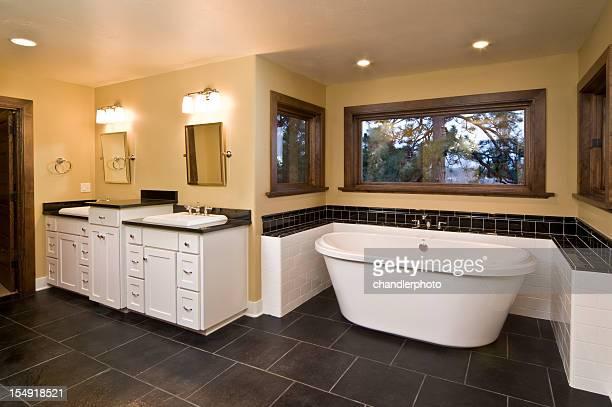 Moderne Badezimmer mit versenkter Badewanne