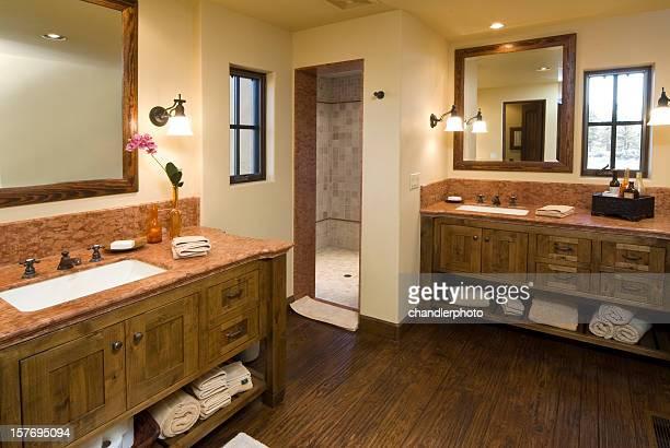 Salle de bains moderne avec comptoir avec lavabo et miroir
