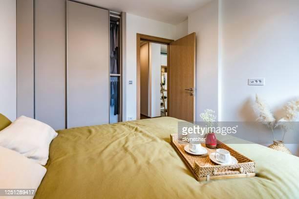 chambre moderne dans l'appartement. - grand lit photos et images de collection