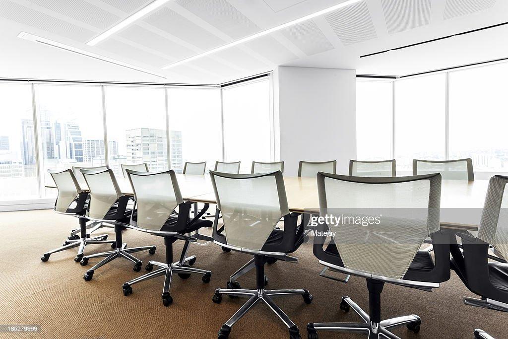 Modern, brightly lit boardroom : Stockfoto