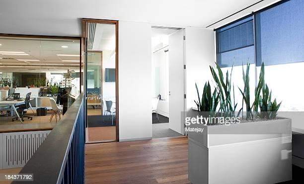 Moderne, un espace de travail bien éclairé