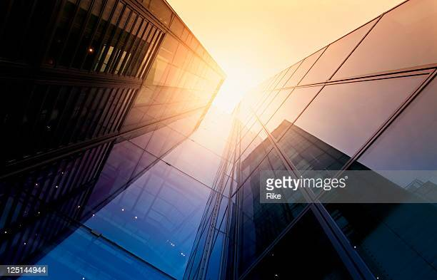 modern building side made of glass reflecting sunlight - skyscraper stock pictures, royalty-free photos & images