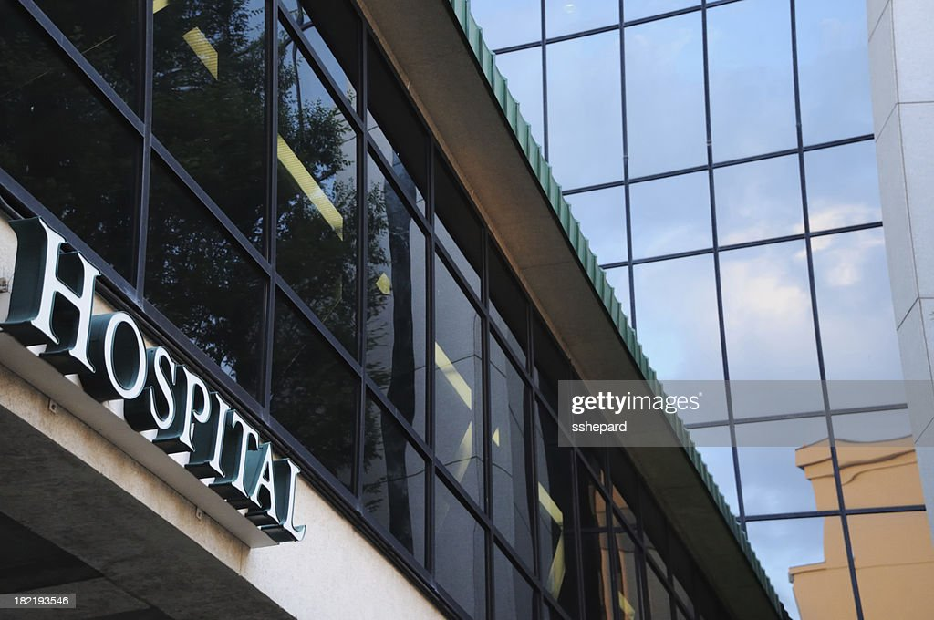 Modern building with hospital sign : Stockfoto