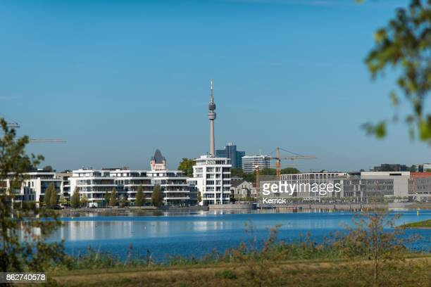 moderna byggnader vid sjön phoenix i dortmund (nordrhein westfalen) - dortmund stad bildbanksfoton och bilder