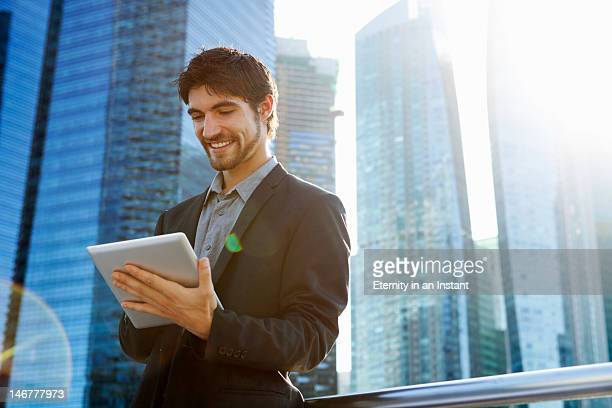 modern businessman in city with digital tablet - traje completo - fotografias e filmes do acervo