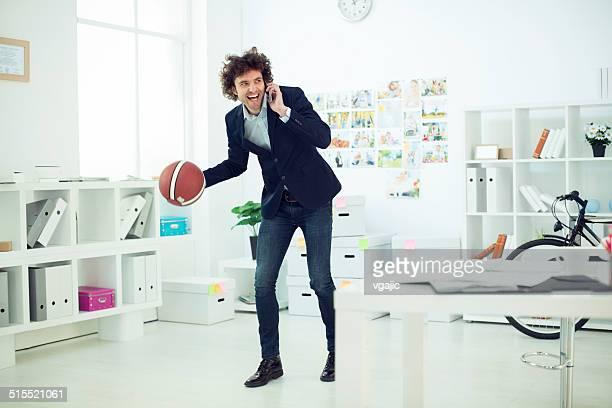 Moderne Geschäftsmann mit einem basketball im Büro.