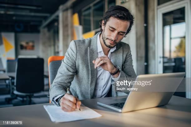 homme d'affaires moderne travaillant dans le bureau - un seul homme photos et images de collection