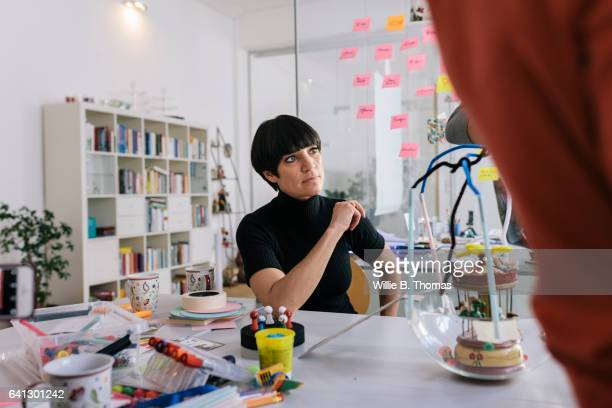 modern businesswoman in casual business meeting - 前髪 ストックフォトと画像