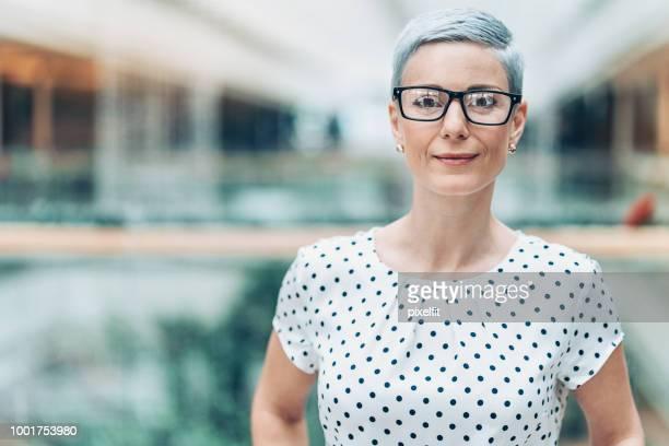 modern businesswoman wearing eyeglasses - donne di età media foto e immagini stock