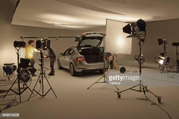 moderne auto op de professionele fotosessie - fotosessie stockfoto's en -beelden