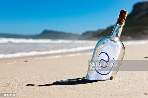 castaway moderne de message dans une bouteille dit simplement @