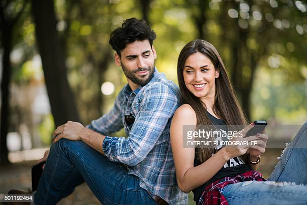 Moderne, décontracté couple dans le parc