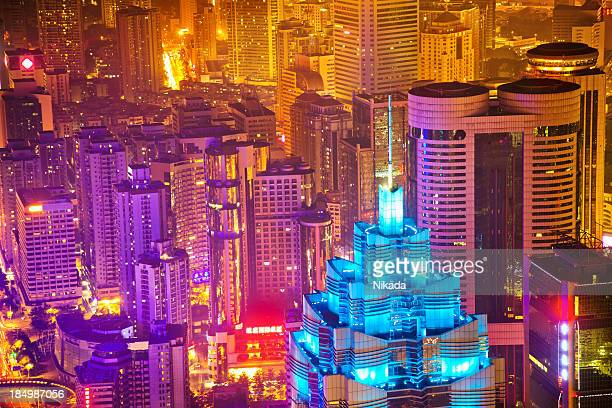 Moderne Stadt in der Abenddämmerung