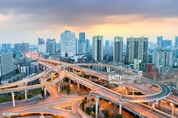 夕暮れ時に近代的な都市インターチェンジ - 成都 ストックフォトと画像