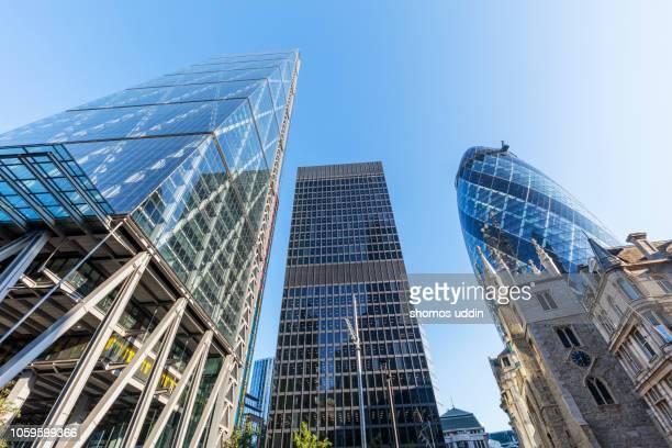 modern city skyscrapers and london financial district - financieel district stockfoto's en -beelden