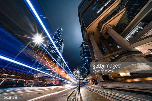 moderner stadtverkehr bei nacht, hongkong - sportstätte stock-fotos und bilder