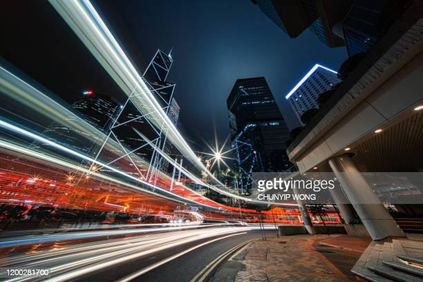 traffico cittadino moderno di notte, hong kong - esposizione lunga foto e immagini stock