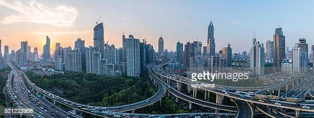 Ciudad moderna con la highway interchange