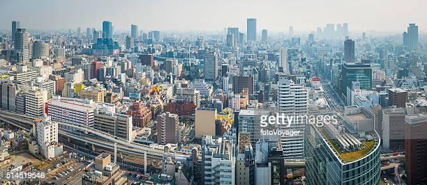 近代的な超高層ビルの街並みのパノラマのアパートメントの建物や道路オサカ日本