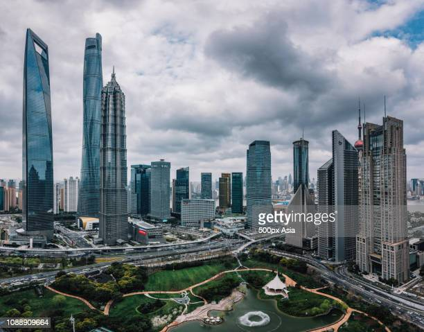 modern cityscape with green area, shanghai, china - image stockfoto's en -beelden