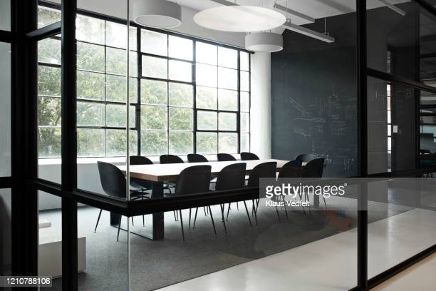 modern conference room with chairs and table - konferenzraum stock-fotos und bilder