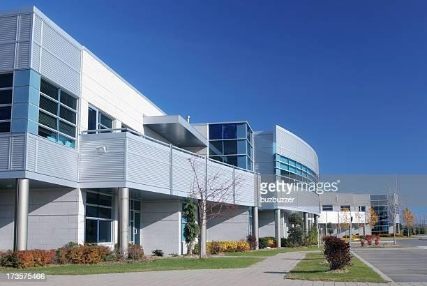 モダンなコンソーシアム建物の外観