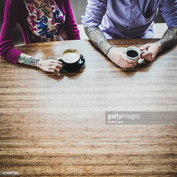 Couple moderne à café