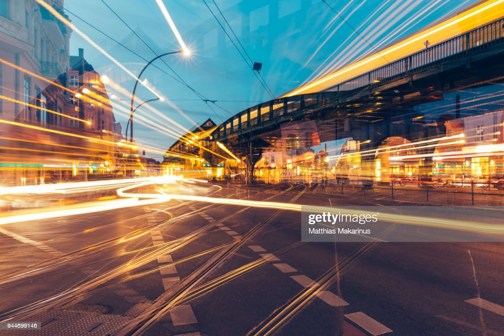 Modern Creative Zoom Rush Hour Night Street Szene in Berlin with Traffic Lights : Stock-Foto