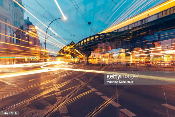 modern creative zoom rush hour night street szene in berlin with traffic lights - licht stock-fotos und bilder