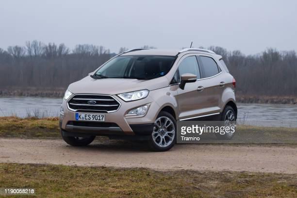 moderne crossover ford ecosport auf einer straße - ford stock-fotos und bilder