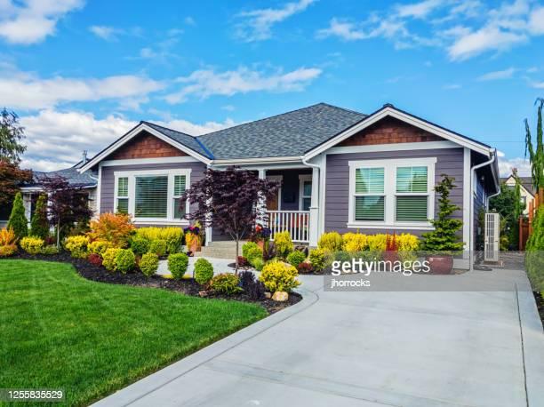 moderno custom suburban home exterior - arquitectura exterior fotografías e imágenes de stock