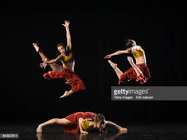 modern dance troupe - modern dancing stock pictures, royalty-free photos & images