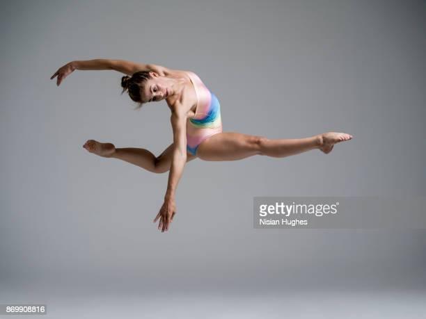 modern dancer dancing in studio - split acrobatiek stockfoto's en -beelden