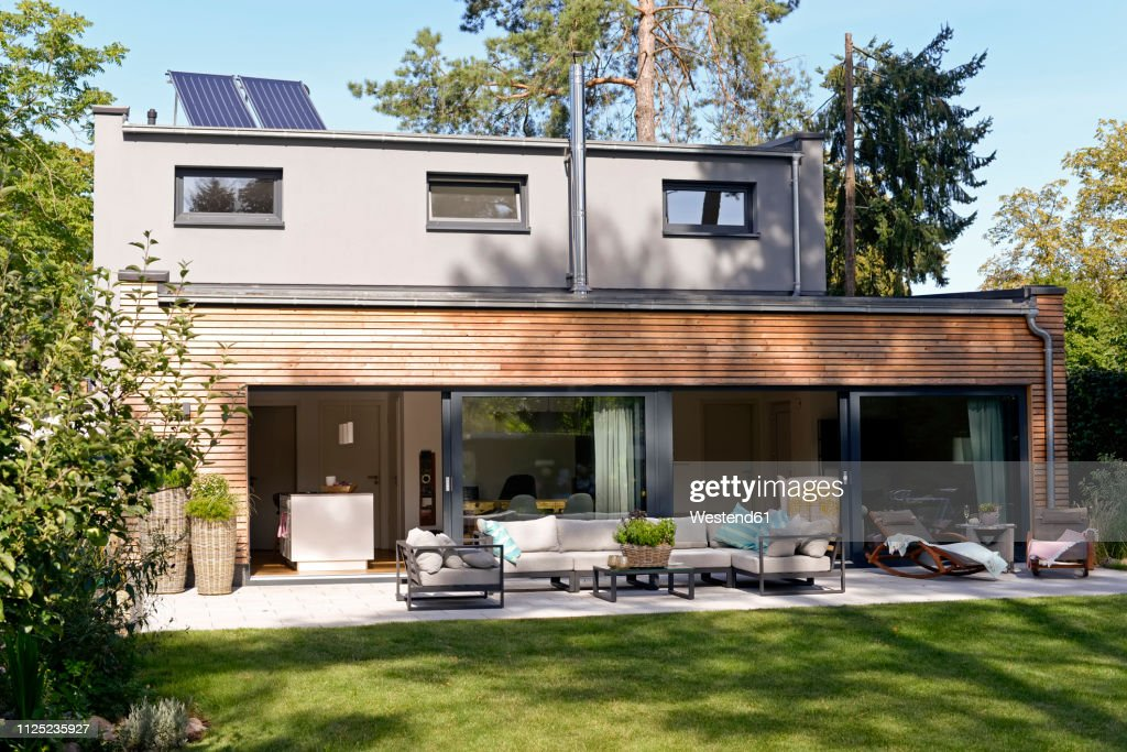 Modern detached house with terrace and garden : Stock-Foto