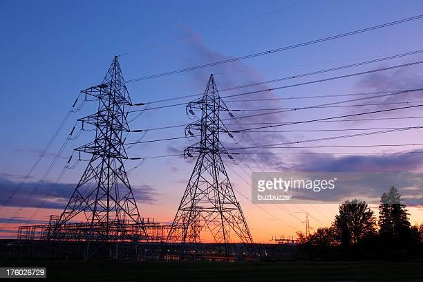 モダンな電力 pylons と線に沈む夕日 - buzbuzzer ストックフォトと画像