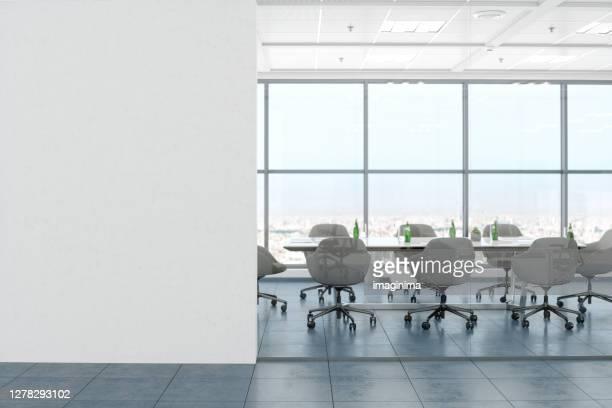 modernes leeres bürozimmer mit weißer leerwand - büro stock-fotos und bilder