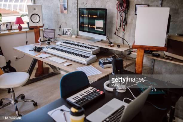 最高のサウンドのための近代的な機器 - 電子音楽 ストックフォトと画像