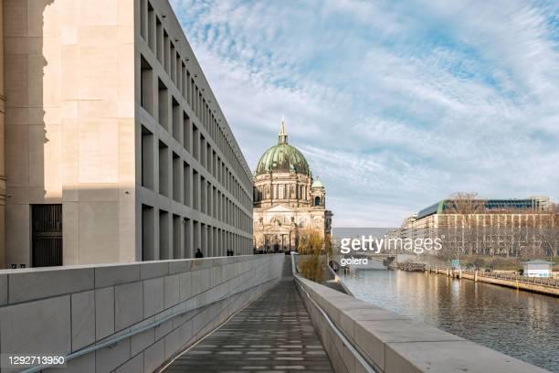 歴史的なベルリンミッテの大聖堂の前に新しいビルドベルリンシティパレスの近代的なファサード - ベルリン王宮 ストックフォトと画像