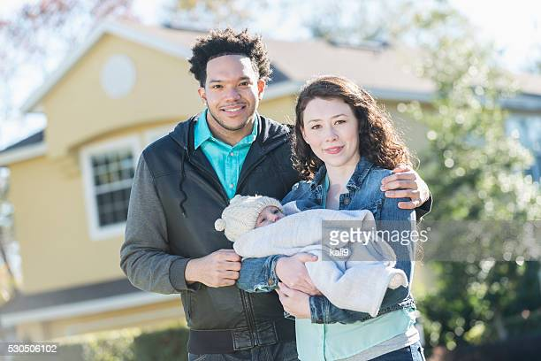 Familia moderna-interracial en pareja con bebé niño