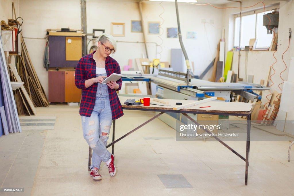 moderne weibliche Zimmermann : Stock-Foto