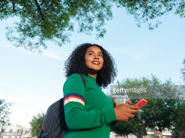 étudiant féminin moderne d'université - plan moyen angle de prise de vue photos et images de collection