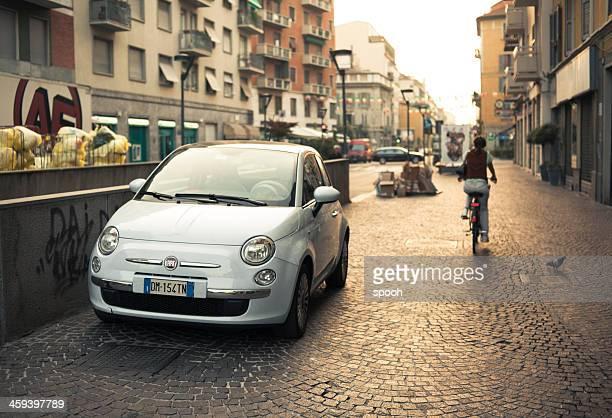 moderno fiat 500 parcheggiato su una strada di milano, italia. - fermo foto e immagini stock