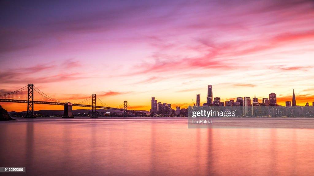 Skyline de San Francisco centro futurista moderna en la noche : Foto de stock