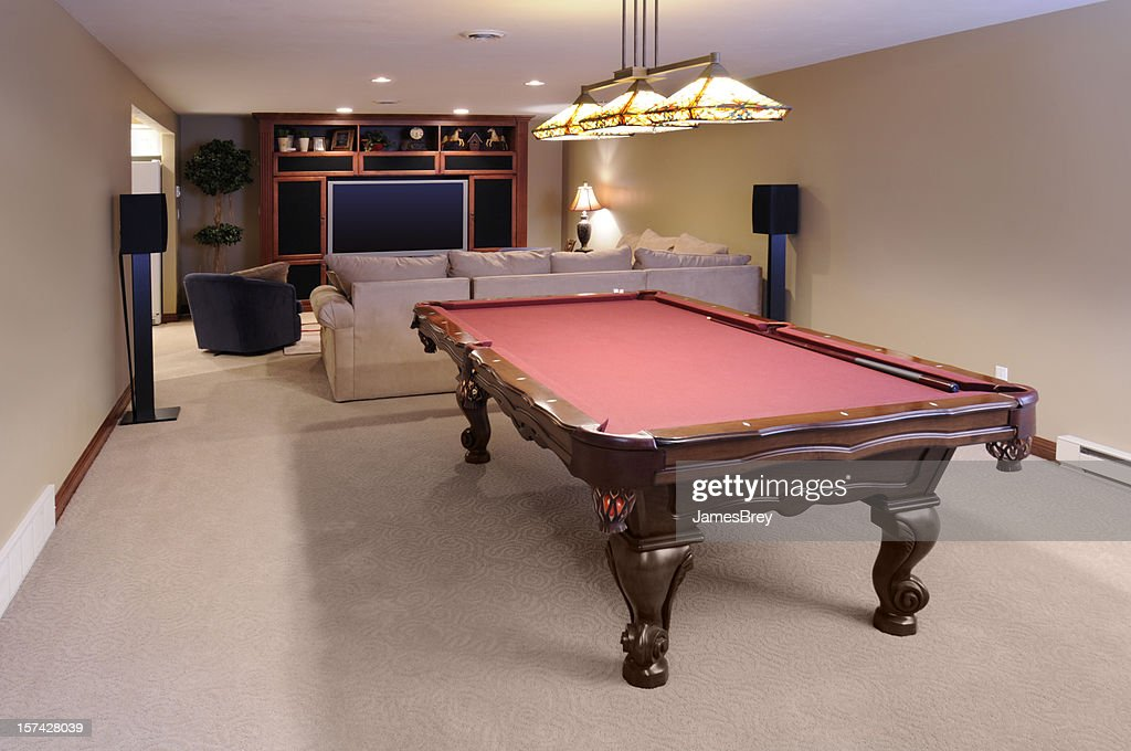salle de jeux moderne une table de billard un clairage sur mesure t l viseur haute d finition. Black Bedroom Furniture Sets. Home Design Ideas
