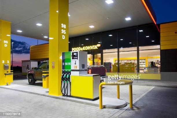modern gas station - distributore di benzina foto e immagini stock